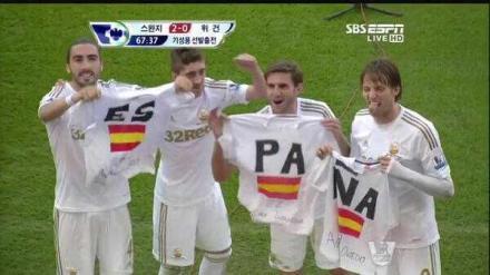 Jogadores espanhóis do Swansea homenageando o país.