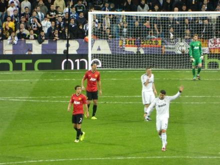 Cristiano Ronaldo reclama da arbitragem. O árbitro não marcou um pênalti claro para o Real Madrid.