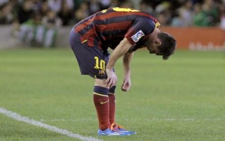 Messi fica sem jogar dois meses por lesão